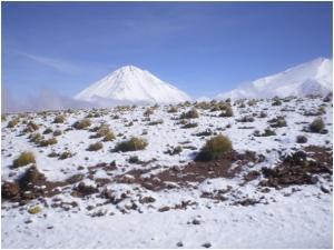 O vulcão de Licancabur coberto de gelo